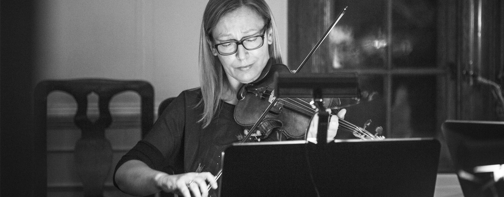 Dorota Siuda, konsertmästare och violinist i Musica Vitae, spelar violin framför ett notställ