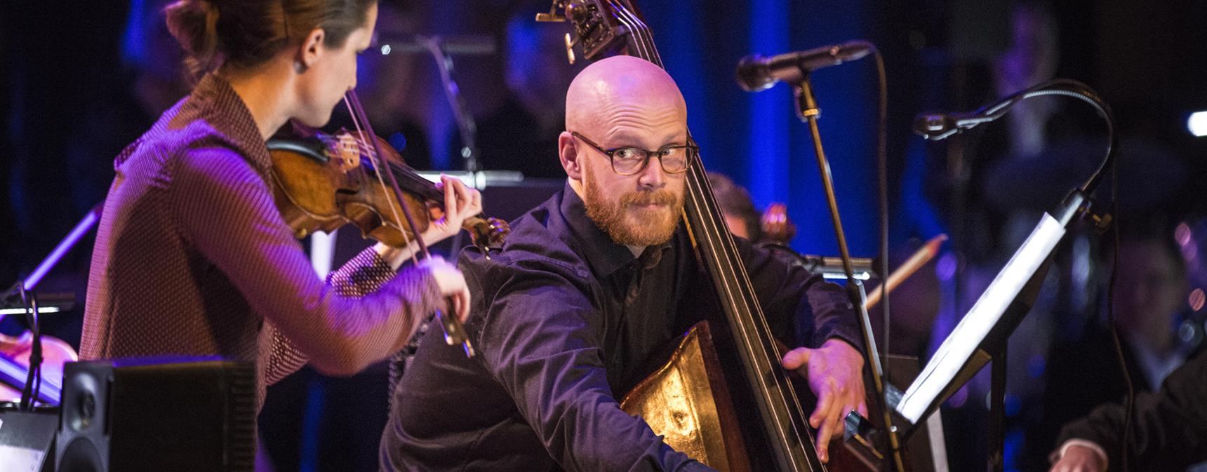 Musica Vitaes kontrabasist Joel Larsson och violinist Erika Sävström Engman konserterar på en scen