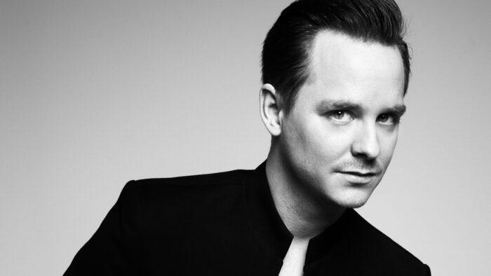 Svartvitt porträttfoto av Henrik Måwe, pianist