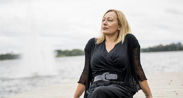 Dorota Siuda, konsertmästare och violinist i Musica Vitae, sitter på en brygga vid en sjö